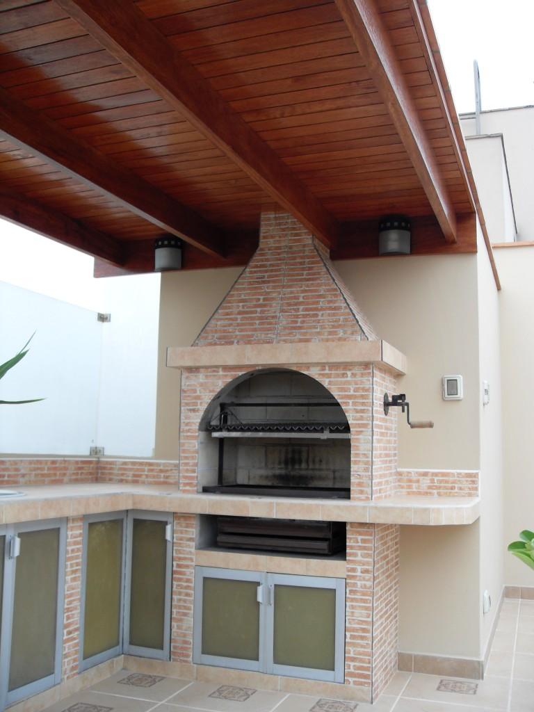 Con tejas y pasteleros techos de madera sol y sombra for Techos de teja para terrazas