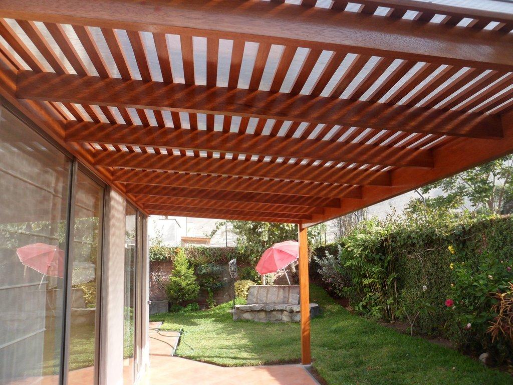 Sol y sombra techos de madera sol y sombra policarbonato for Fotos de techos para patios